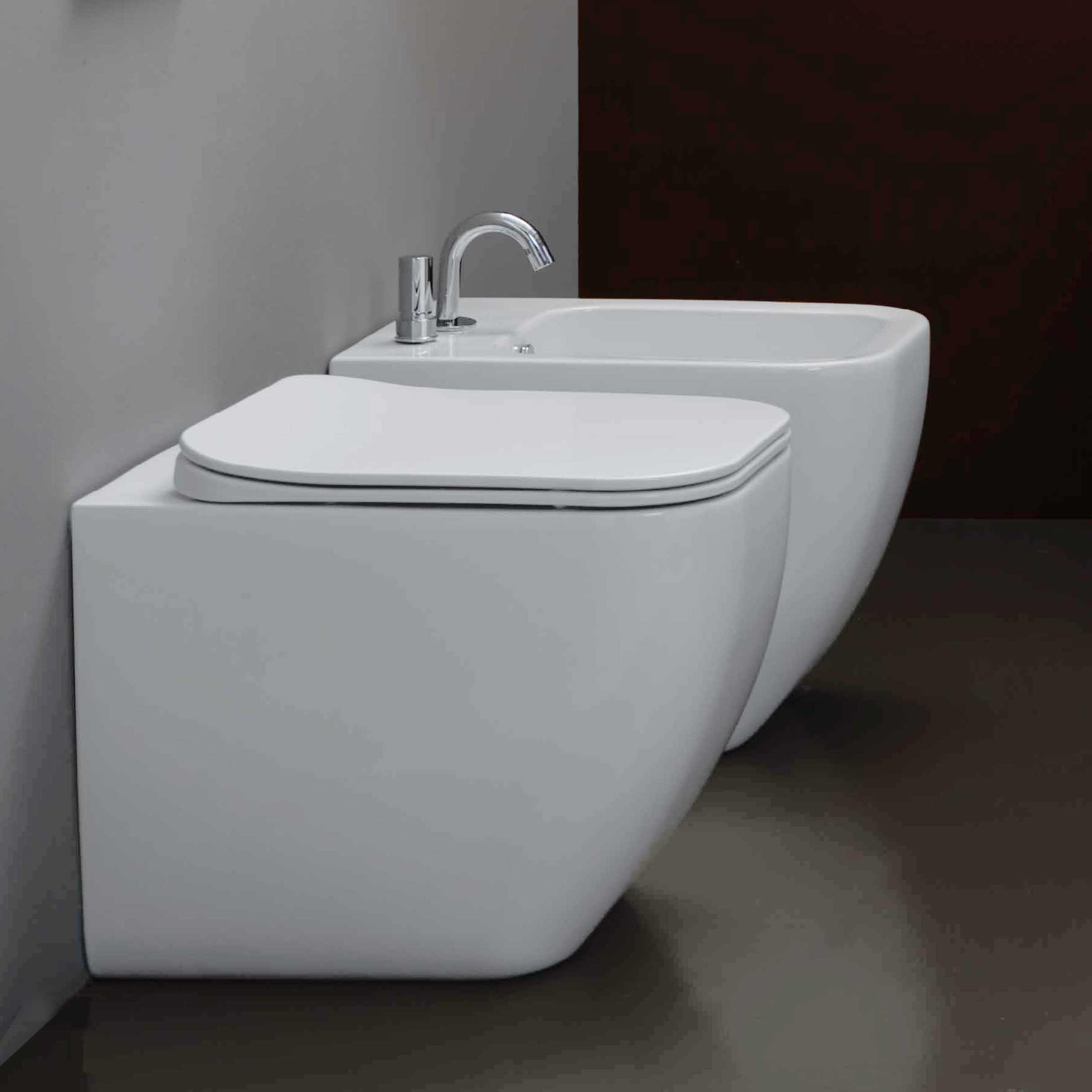 Sanitari filoparete senza brida Bring con sedile soft close a sgancio rapido e sistema Smart Clean