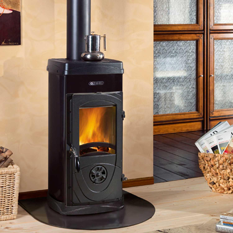 Stufa a legna di colore nero Nordica Super Max potenza termica 6,0 kW